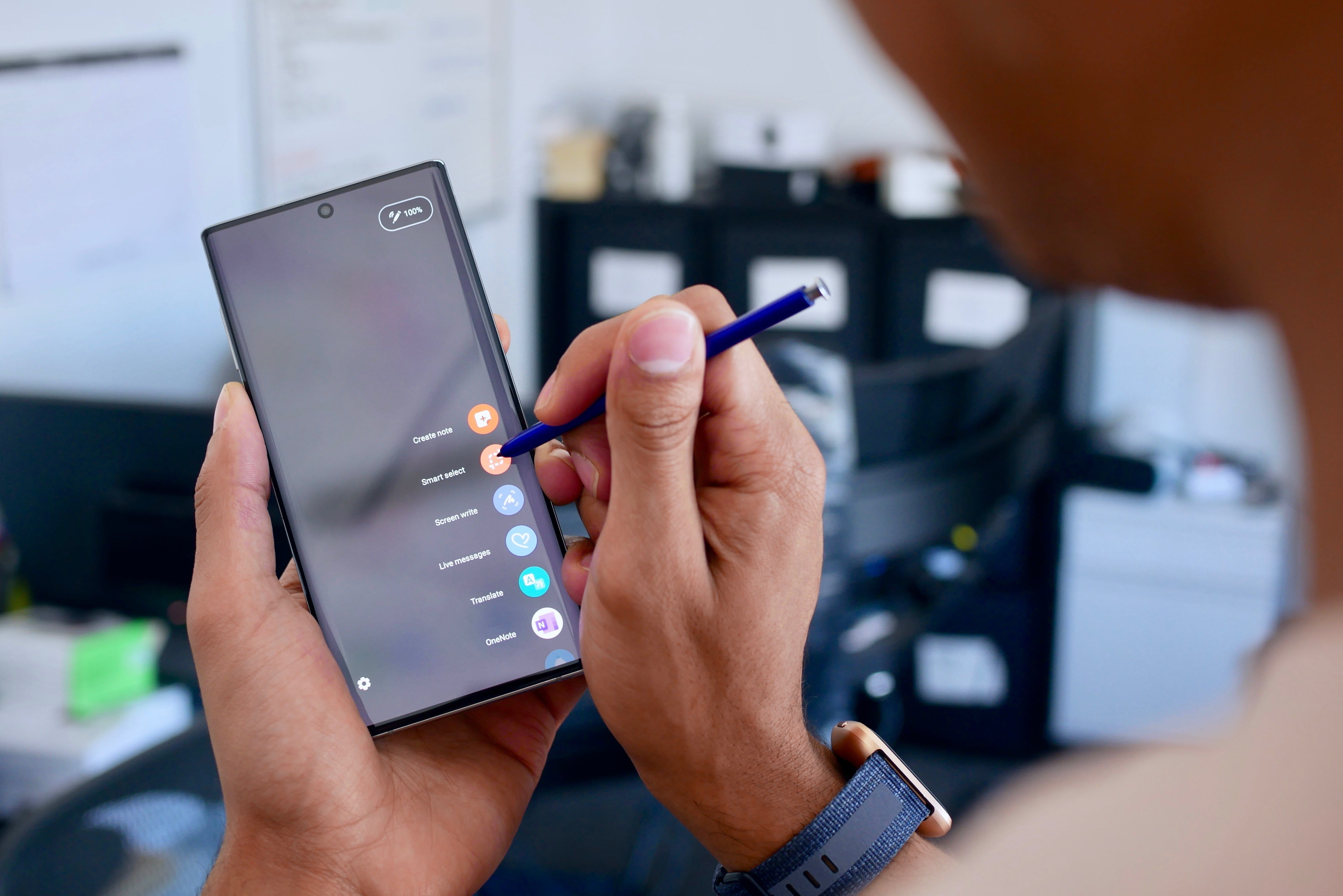 A person points the screen of their Galaxy Note 10 phone with their S Pen. We reveal all the secrets of the Galaxy Note 10 phone.