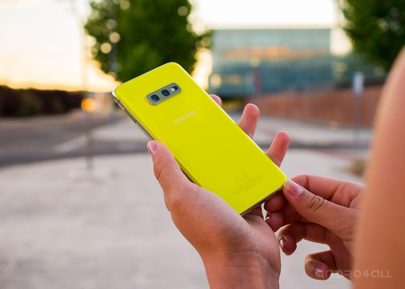 Samsung Galxy S10e yellow